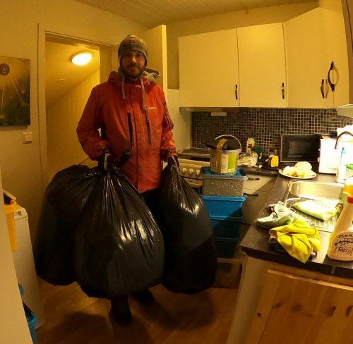 Altmuligmannen i Tromsø kaster søppel avfall kjøre bort søppel resirkulere Remiks søppeltømming flytting