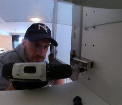 Altmuligmannen i Tromsø hjelper med småfiksing i hjemmet, skru opp hyller og skap, skifte lyspærer, justere og montere møbler og innredning