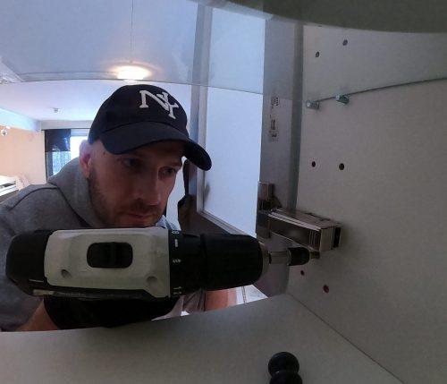 Småfiksing handyman vaktmester tjenster fiksing i hjemmet mann skru hengsler skaphengsler