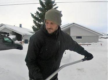 Altmuligmannen måker snø fra innkjørsel, veranda og balkonger snømåking handyman tjenester