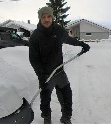 Altmuligmannen i Tromsø hjelper med snømåking og vedlikehold om vinteren. Han måker snø på parkeringsplass, inngangsparti og veranda