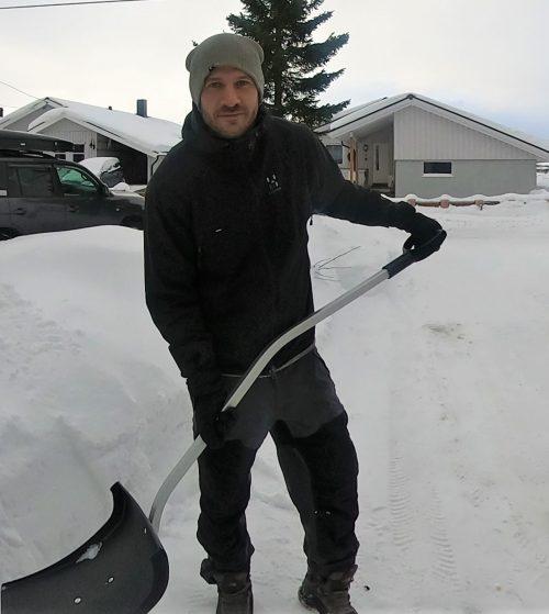 snømåking måke snø spade snøskuffe Tromsø mye snø pris parkering innkjørsel veranda mann altmuligmannen i Troms