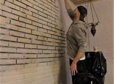 Altmuligmannen maler murvegg hvit